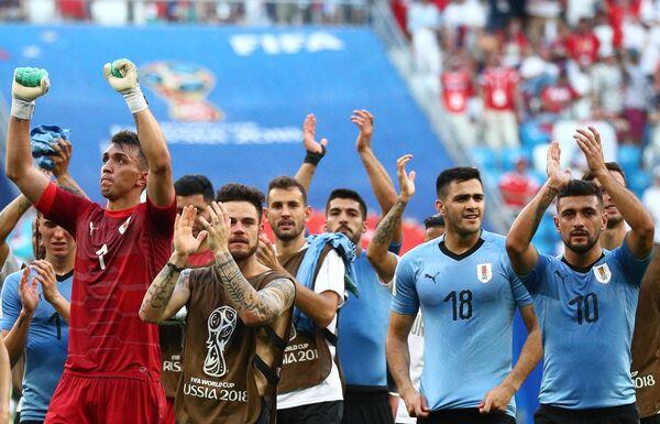 Футболисты сборной Уругвая радуются победе