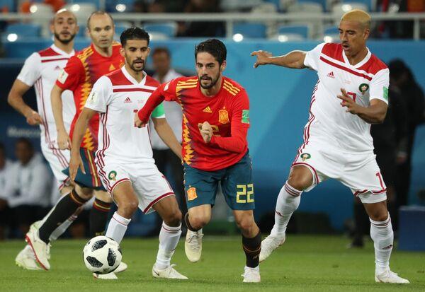 Полузащитник сборной Марокко Мбарк Буссуфа, испанский полузащитник Иско и защитник марокканцев Набиль Дирар (Слева направо)