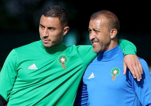 Игрок сборной Марокко Азиз Бухаддуз (слева)