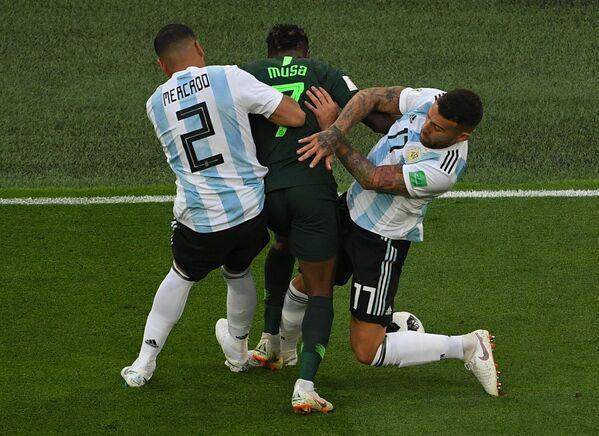 Защитник сборной Аргентины Габриэль Меркадо, нигерийский нападающий Ахмед Муса и защитник аргентинцев Николас Отаменди (Слева направо)