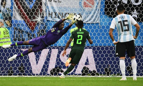 Вратарь сборной Нигерии Фрэнсис Узохо, нигерийский защитник Брайан Идову и полузащитник аргентинцев Энцо Перес (Слева направо)