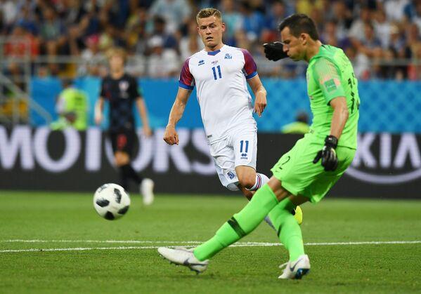 Нападающий сборной Исландии Альфред Финнбогасон и вратарь сборной Хорватии Ловре Калинич (слева направо)
