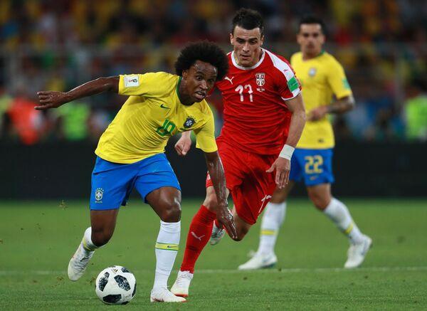 Бразильский вингер Виллиан и полузащитник сборной Сербии Филип Костич (Слева направо)