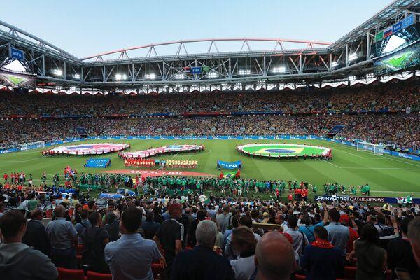 Футболисты сборных Сербии и Бразилии