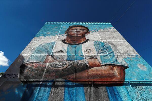 Граффити с изображением Лионеля Месси на фасаде жилого дома возле учебно-тренировочного центра ГУОР Бронницы в Московской области, где базируется команда.