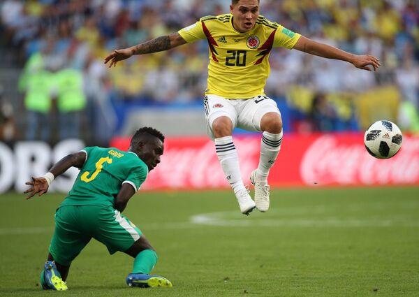 Полузащитник сборной Сенегала Идрисса Гуйе и хавбек сборной Колумбии Хуан Кинтеро (слева направо)