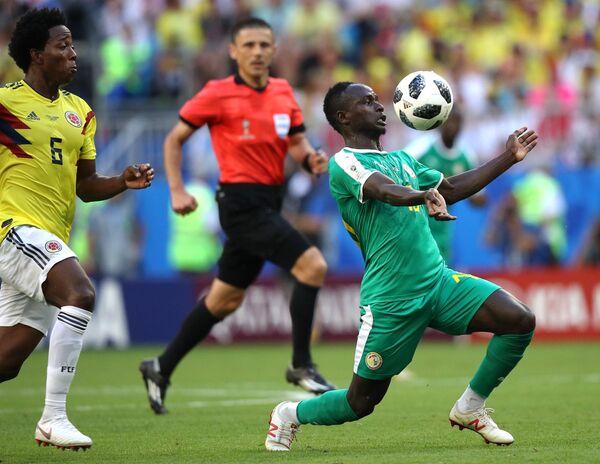 Хавбек сборной Колумбии Карлос Санчес и форвард сборной Сенегала Садио Мане (слева направо)