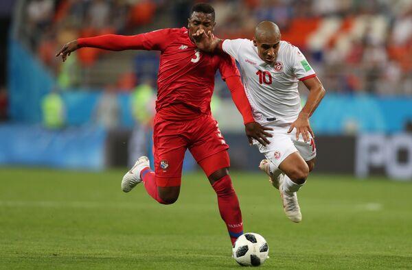 Защитник сборной Панамы Гарольд Каммингс и хавбек сборной Туниса Вахби Хазри (слева направо)