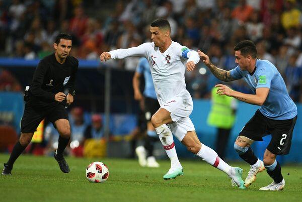Португальский нападающий Криштиану Роналду и уругвайский защитник Хосе Хименес (Слева направо)
