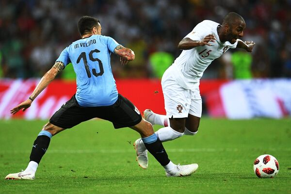 Уругвайский полузащитник Матиас Весино и португальский защитник Рикарду Перейра (Слева направо)
