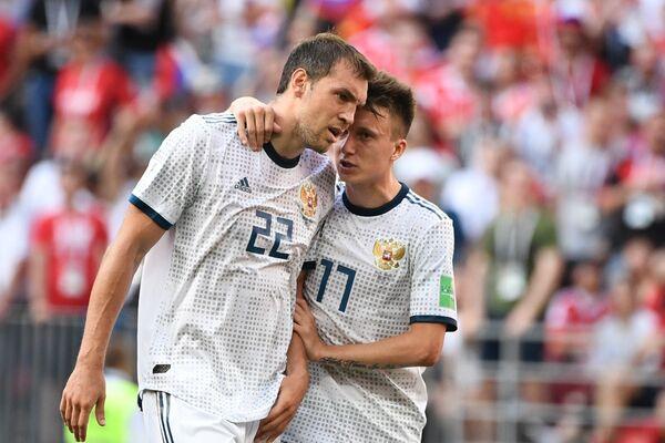 Футболисты сборной России Артем Дзюба и Александр Головин