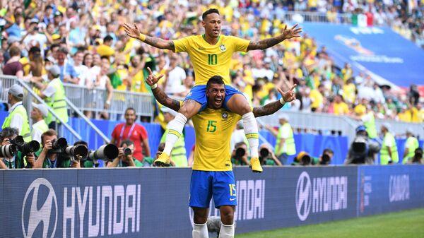 Футболисты сборной Бразилии Неймар и Паулиньо (сверху вниз)