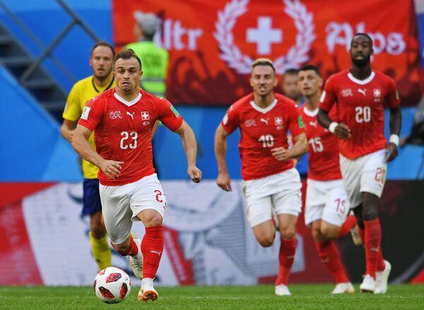 Швейцарский футболист  Джердан Шакири (слева)
