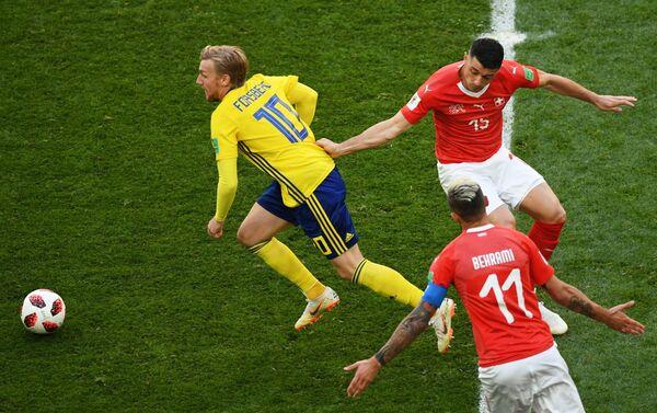 Шведский полузащитник Эмиль Форсберг и футболисты сборной Швейцарии Блерим Джемайли и Валон Бехрами (слева направо)