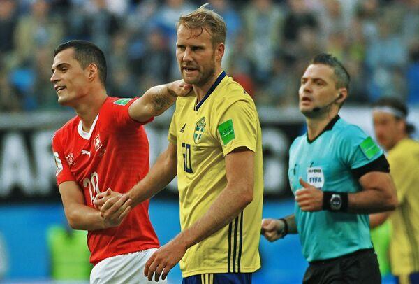 Швейцарский полузащитник Гранит Джака и шведский полузащитник Ола Тойвонен (слева направо)