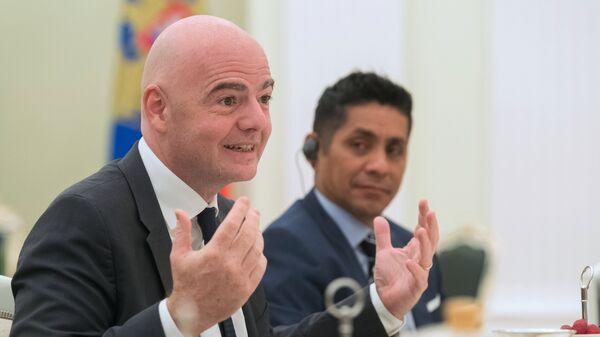 Глава ФИФА Джанни Инфантино (слева) и мексиканский футболист Хорхе Кампос Наваррете