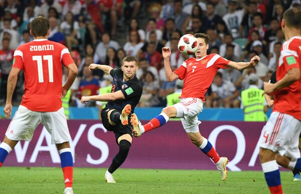 Форвард сборной Хорватии Анте Ребич и хавбек сборной России Далер Кузяев (слева направо)