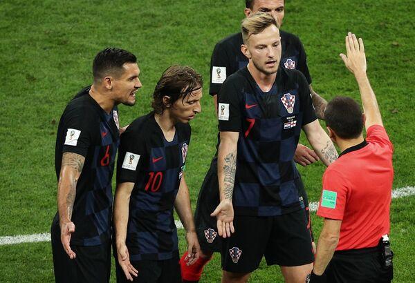 Футболисты сборной Хорватии и главный судья Джюнейт Чакыр