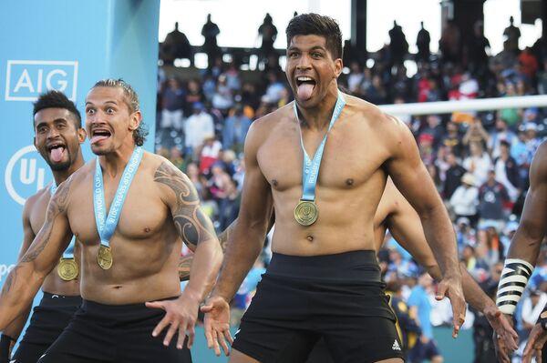 Игроки сборной Новой Зеландии празднуют завоевание Кубка мира по регби-7
