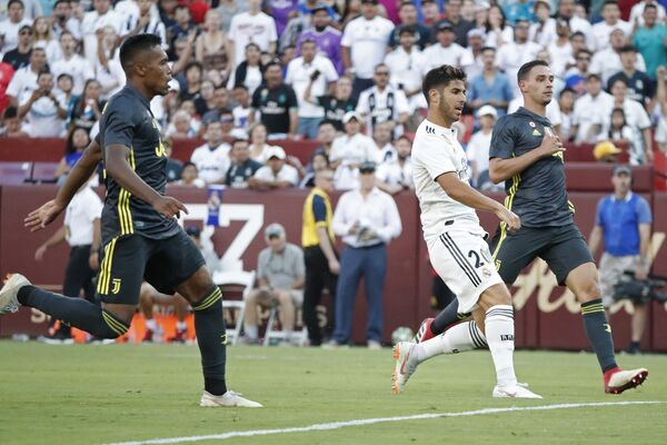 Полузащитник Реала Марко Асенсио забивает гол в ворота Ювентуса