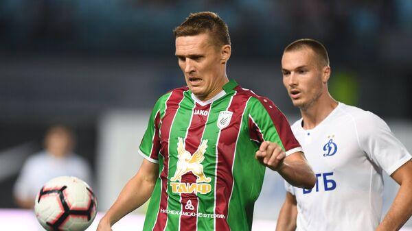 Нападающий Рубина Александр Бухаров (слева) и защитник Динамо Тони Шуньич