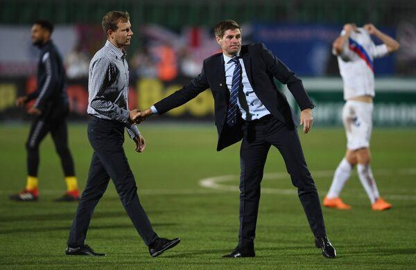Главный тренер Уфы Сергей Томаров (слева) и главный тренер Рейнджерс Стивен Джерард