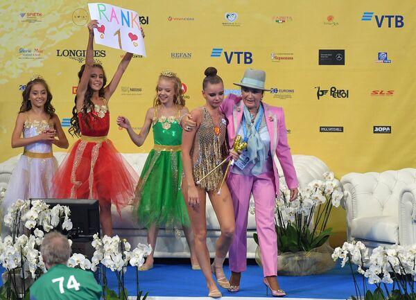 Дина Аверина и президент Всероссийской федерации художественной гимнастики Ирина Винер-Усманова (справа)