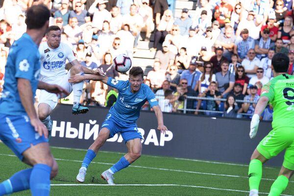 Полузащитник Зенита Олег Шатов (в центре) наносит удар по воротам Оренбурга в матче РПЛ