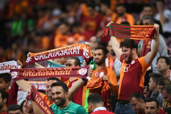 Болельщики Галатасарая перед началом матча группового этапа Лиги чемпионов УЕФА с Локомотивом