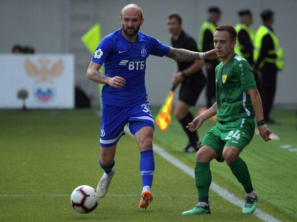 Защитник Динамо Константин Рауш (слева) и хавбек Анжи Константин Савичев