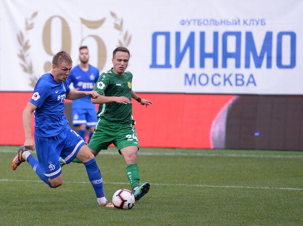 Форвард Динамо Евгений Луценко (слева) и хавбек Анжи Константин Савичев