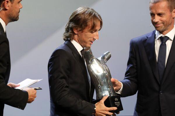 Лука Модрич с наградой лучшему игроку года по версии УЕФА