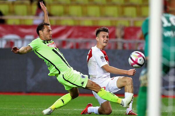 Хавбек Монако Александр Головин (справа) в матче против Анже