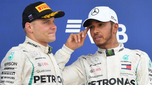 Гонщик команды Мерседес Вальттери Боттас и гонщик команды Мерседес Льюис Хэмилтон (слева направо) на подиуме Гран-при России