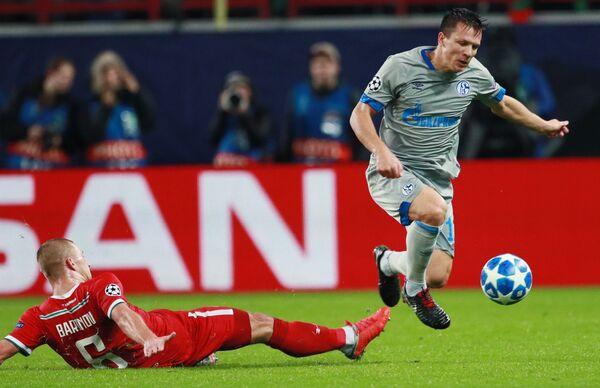 Хавбек Локомотива Дмитрий Баринов (слева) и полузащитник Шальке Евгений Коноплянка