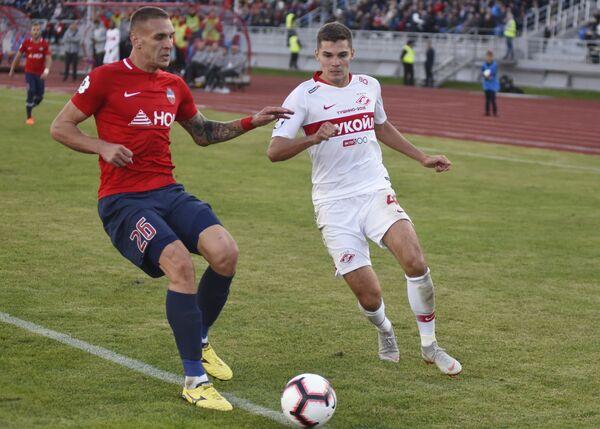 Игрок Енисея Раде Дугалич (слева) и игрок Спартака Роман Зобнин