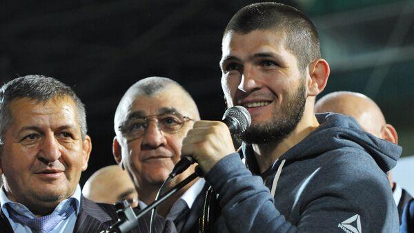 Хабиб Нурмагомедов на встрече с болельщиками Анжи на стадионе в Каспийске