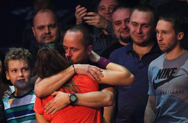 Тренер Филипп Дехас поздравляет Дарью Касаткину с победой