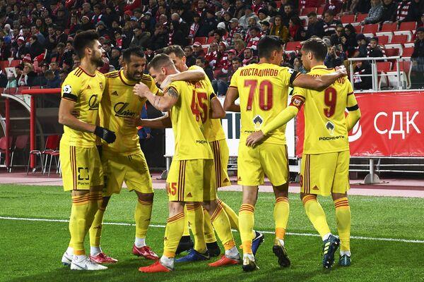 Игроки Арсенала радуются забитому голу в матче 11-го тура чемпионата России против Спартака