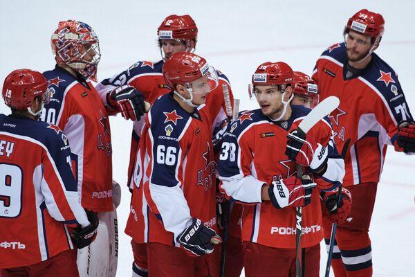 Хоккеисты ЦСКА Андрей Ермаков и Михаил Науменков (в центре слева направо) радуются победе