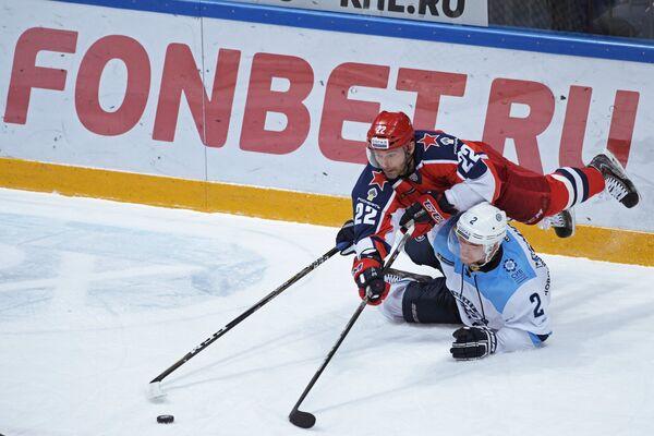 Игрок ПХК ЦСКА Александр Попов (слева) и игрок ХК Сибирь Николай Демидов