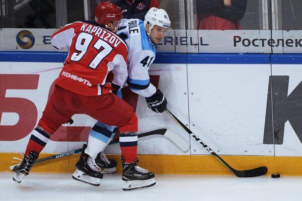 Игрок ПХК ЦСКА Кирилл Капризов (слева) и игрок ХК Сибирь Жильбер Брюле