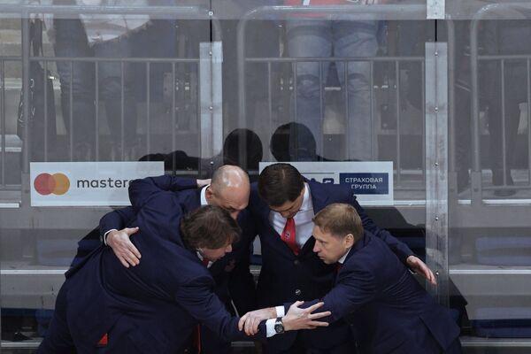Тренеский штаб ПХК ЦСКА: Евгений Корешков, Игорь Никитин, Дмитрий Юшкевич (справа налево) радуются победе