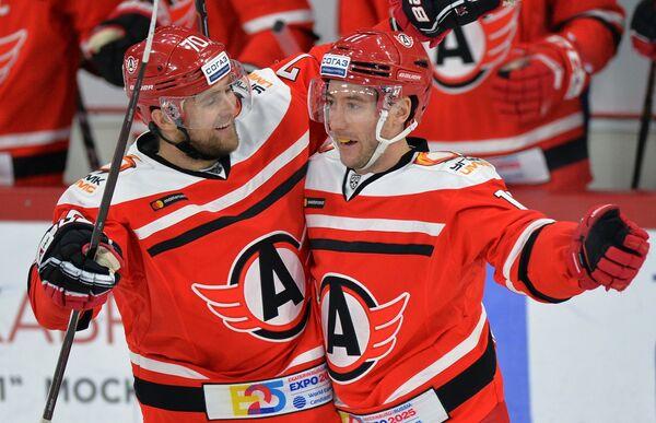 Хоккеисты Автомобилиста Егор Миловзоров (слева) и Дэн Секстон радуются заброшенной шайбе