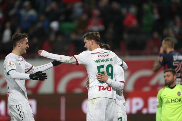 Футболисты Локомотива радуются забитому мячу