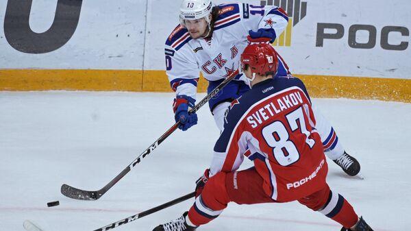 Форвард СКА Виктор Тихонов (слева) и нападающий ЦСКА Андрей Светлаков