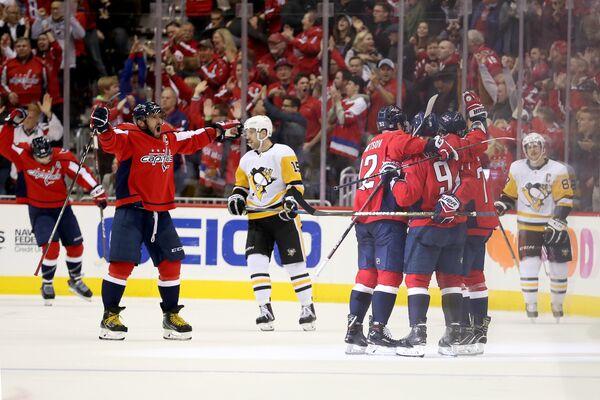 Нападающий Вашингтона Александр Овечкин празднует с партнерами заброшенную шайбу в матче НХЛ с Питтсбургом