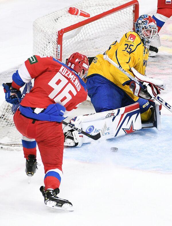 Форвард сборной России Андрей Кузьменко (слева) и вратарь сборной Швеции Магнус Хелльберг