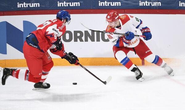 Форвард сборной Чехии Радим Зогорна (слева) и нападающий сборной России Андрей Кузьменко