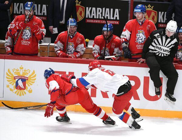 Защитник сборной Чехии Давид Мусил (слева) и форвард сборной России Илья Михеев